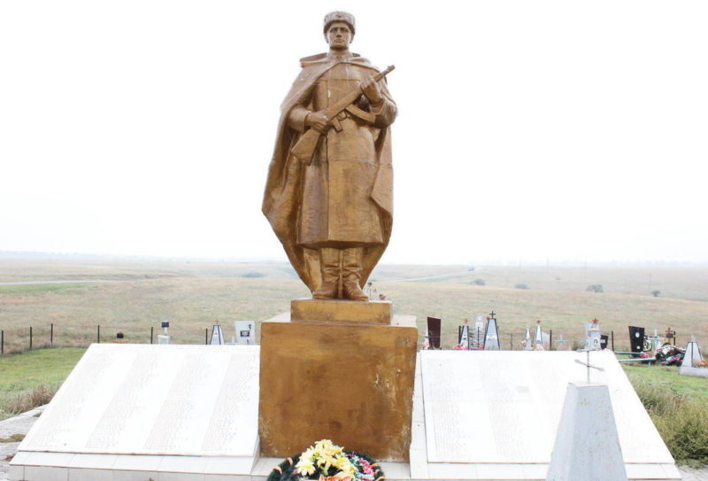 х. Красный Скотовод Пролетарского р-на. Памятник, установленный на братской могиле, в которой похоронен 371 советский воин, погибший в январе 1943 года.
