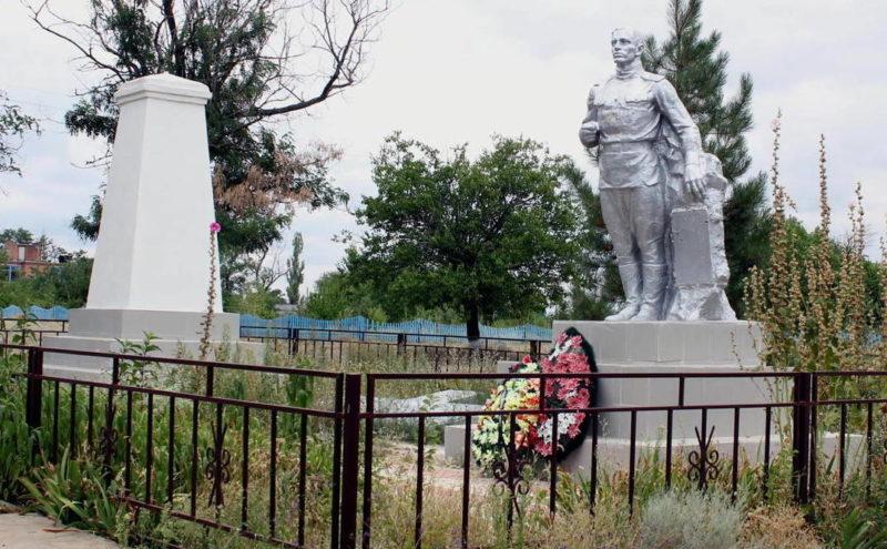 х. Мокрая Ельмута Пролетарского р-на. Братская могила, в которой захоронено 17 советских воинов, погибших в боях за хутор.