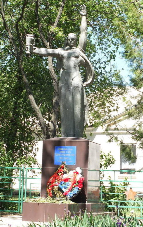х. Наумовский Пролетарского р-на. Памятник, установленный в 1964 году на братской могиле, в которой похоронено 18 воинов.