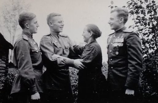 Братья Кунгунцевы с матерью. 1946 г.