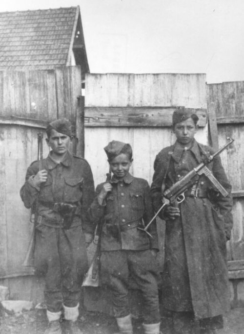 Юные связные 6-й бригады Народно-Освободительной Армии Югославии. 1944 г.