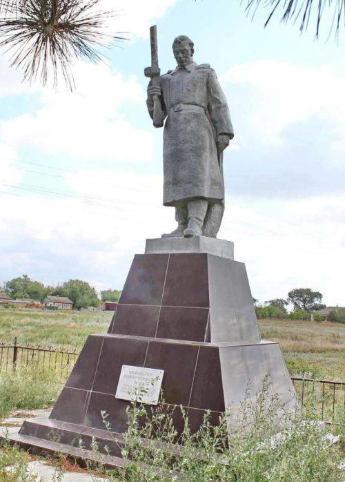 х. Привольный Пролетарского р-на. Памятник, установленный на братской могиле, в которой похоронено 185 советских воинов, в т.ч. 20 неизвестных, погибших в годы войны.
