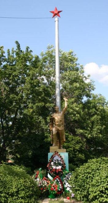 п. Сидоровка г. Шахты. Памятник у здания средней школы №39, не вернувшимся с войны односельчанам.