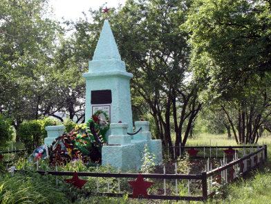 п. Сидорово-Кадамовский. г. Шахты. Братская могила воинов, в сквере, у здания средней школы №39.