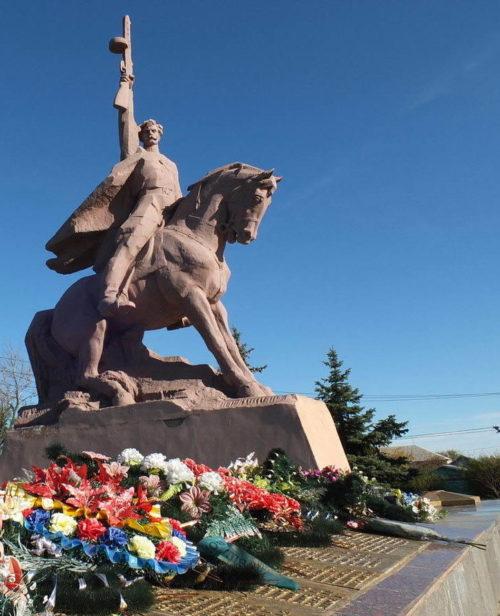 ст-ца. Вешенская Шолоховского р-на. Монумент «Клятва», установленный на братской могиле, в которой похоронено 102 советских воина.