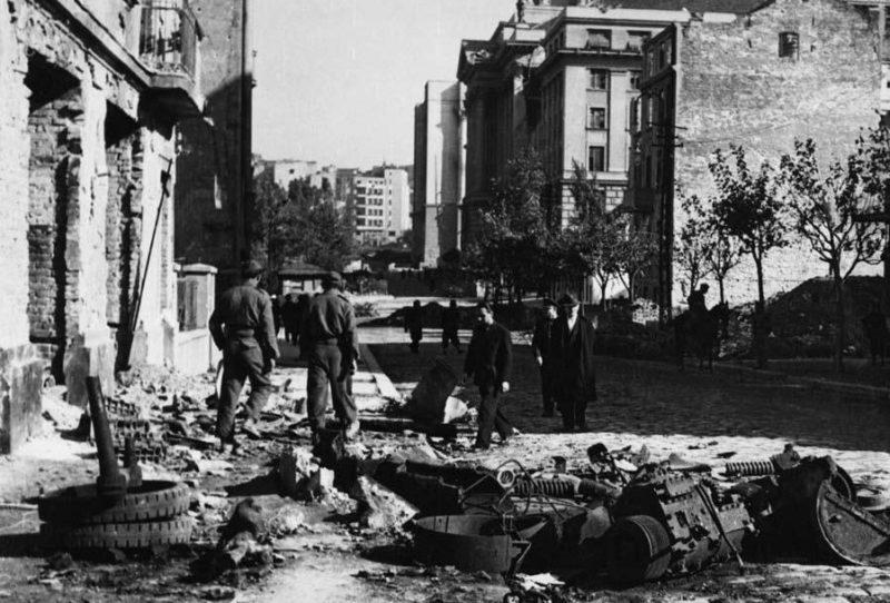 Сараевская улица после боя. Октябрь 1944 г.