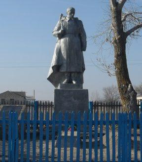х. Гороховский Шолоховского р-на. Памятник по улице Асфальтной, установленный в честь советских воинов.