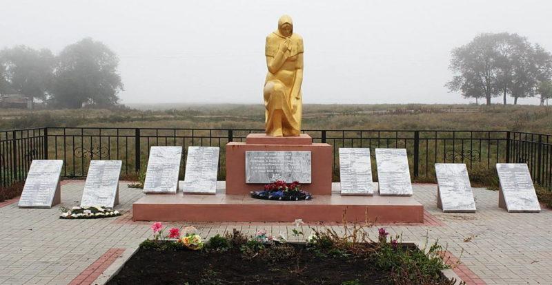 х. Степной Пролетарского р-на. Памятник, установленный у братских могил, в которых похоронено 380 советских воинов, павших в январе 1943 году в боях за хутор.