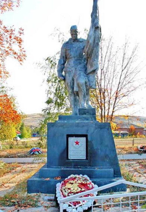 х. Калининский Шолоховского р-на. Памятник, установленный на братской могиле, в которой похоронено 125 советских воинов.