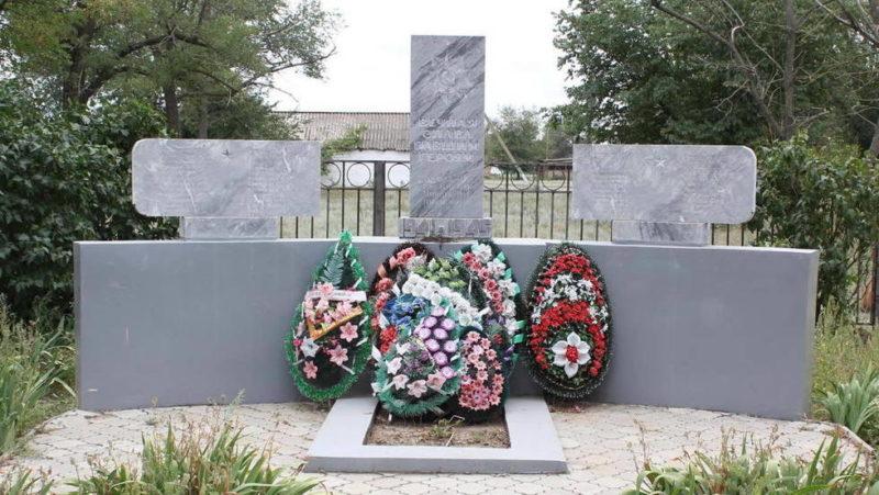 х. Татнинов Пролетарского р-на. Братская могила 4 советских воинов, погибших в годы войны.