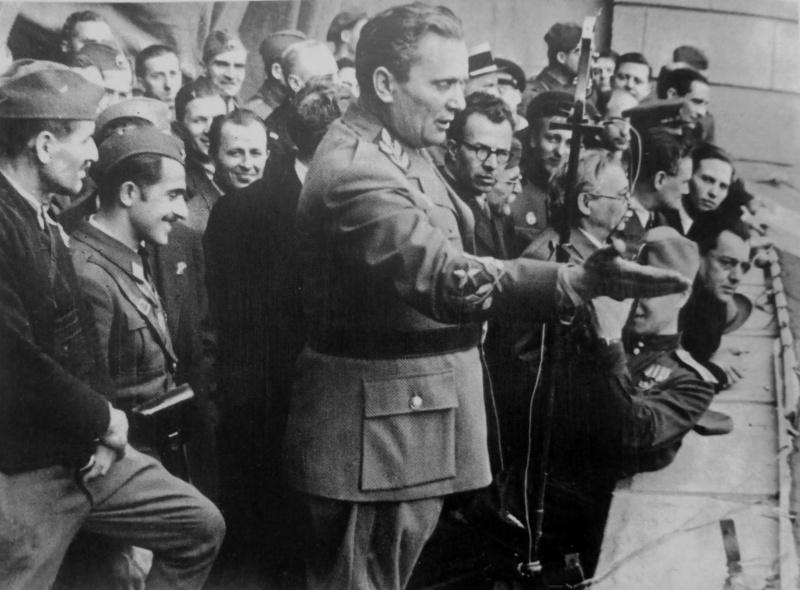 Верховный главнокомандующий Народно-освободительной армии Югославии Иосип Броз Тито выступает в освобожденном Белграде. Октябрь 1944 г.