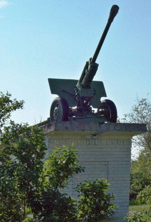х. Калиновский Шолоховского р-на. Памятник-пушка был открыт в 1992 году на месте, с которого 19 декабря 1942 года началось наступление воинов 197 стрелковой дивизии.