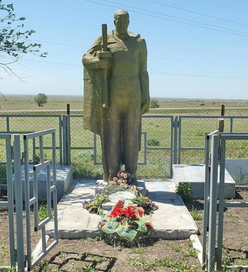 х. Харьковский 1-й Пролетарского р-на. Братская могила, в которой захоронено 39 советских воинов.