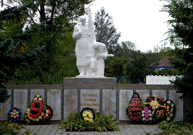 х. Кружилинский Шолоховского р-на. Памятник, установленный на братской могиле, в которой похоронено 129 советских воинов, погибших за хутор в годы войны.