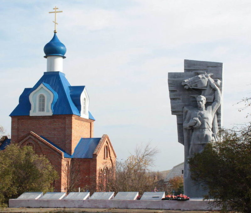 х. Меркуловский Шолоховского р-на. Памятник, установленный в 1977 году на братской могиле, в которой похоронен 71 советский воин. Скульптор - Можаев Н. В.