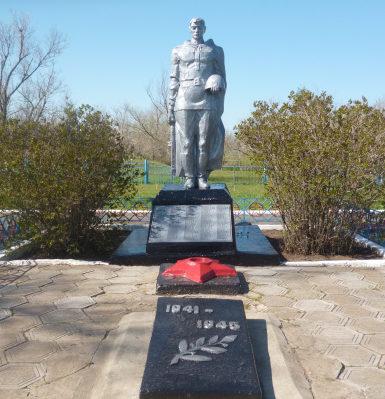 с. Краснопартизанский Ремонтненского р-на. Памятник советским воинам, установленный в 1991 году.