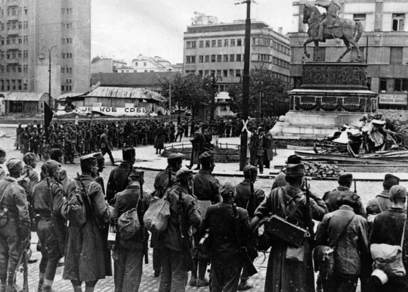 На площади Республики. Октябрь 1944 г.