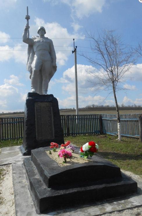 х. Чукаринский Шолоховского р-на. Памятник, установленный на братской могиле, в которой похоронено 33 советских воина.