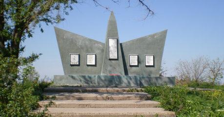 п. Тихий Лиман Ремонтненского р-на. Курган «Славы» был установлен в 1985 году в честь погибших советских воинов.