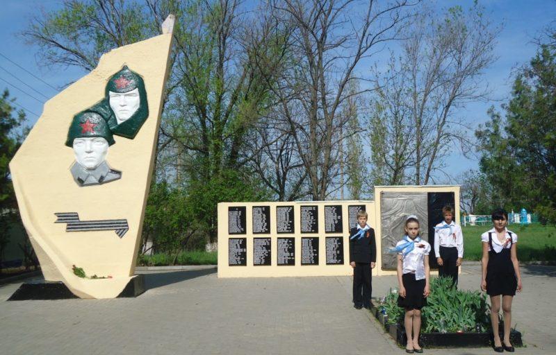 х. Болдыревка Родионово-Несветайского р-на. Мемориал, установленный в 1974 году на братской могиле, в которой похоронено 14 советских воинов. Здесь же на мемориальных плитах увековечено 179 имен погибших односельчан.