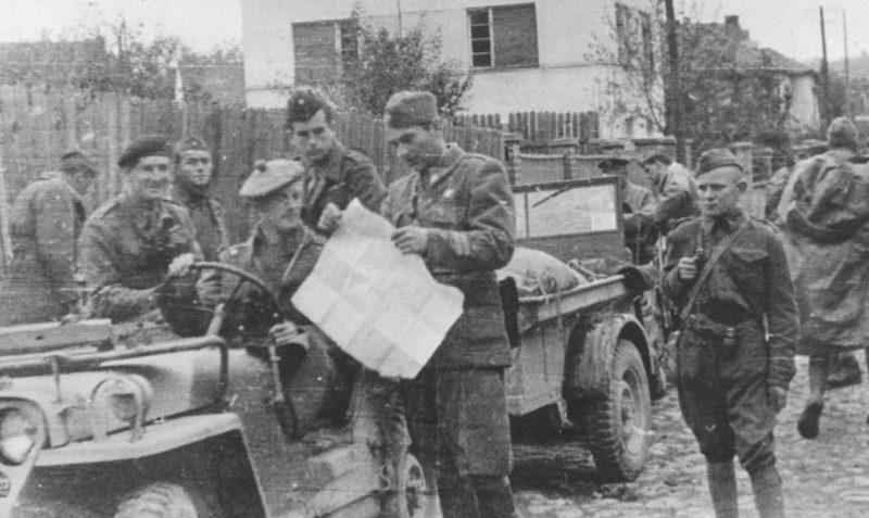 Югославские партизаны с британской военной миссией. Октябрь 1944 г.