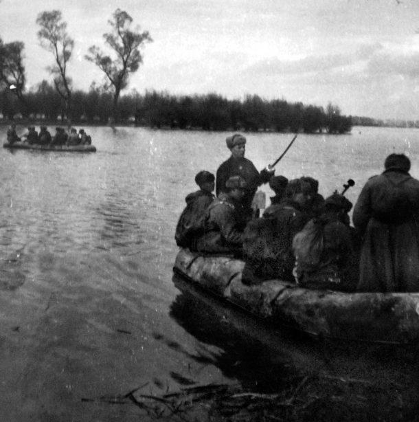 Бойцы Красной Армии форсируют Дунай. Октябрь 1944 г.