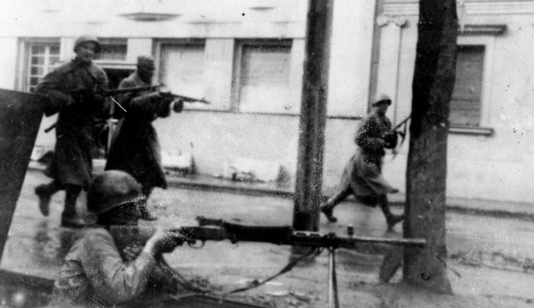 Красноармейцы в бою за Белград. Октябрь 1944 г.