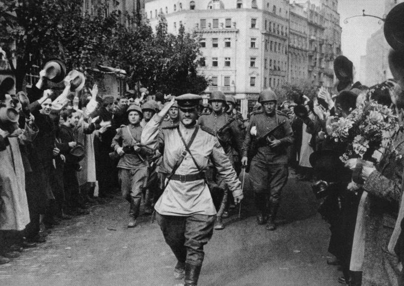 Красная Армия на улице Белграда. Октябрь 1944 г.