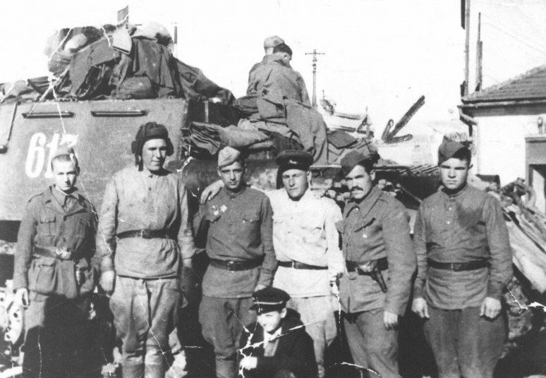 Советские и югославские бойцы у САУ ИСУ-152 в Крушеваце. Октябрь 1944 г.