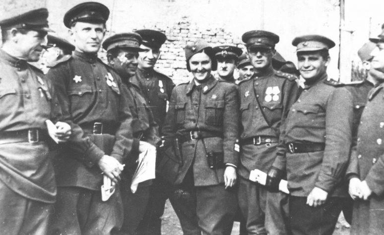 Советские офицеры на улице освобожденного Белграда. Октябрь 1944 г.