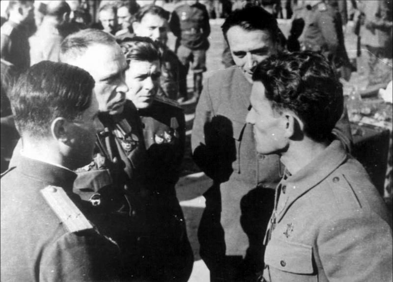Командующий 4-го гвардейского механизированного корпуса генерал-лейтенант Жданов и командующий 1-й армейской группой генерал-лейтенант НОАЮ Пеко Дапчевич в освобожденном Белграде. Октябрь 1944 г.