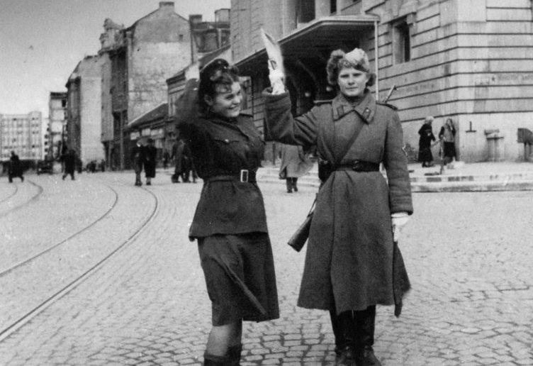 Советские девушки-регулировщицы в Белграде на площади Республики. Октябрь 1944 г.