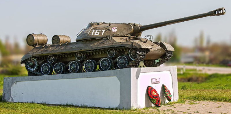 сл. Родионово-Несветайская. Памятник-танк ИС-3, установленный в честь танкистов-освободителей.