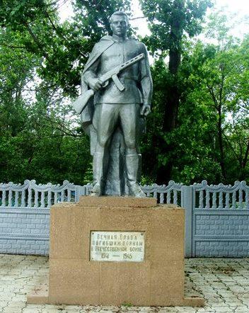 сл. Родионово-Несветайской. Памятник советским воинам.