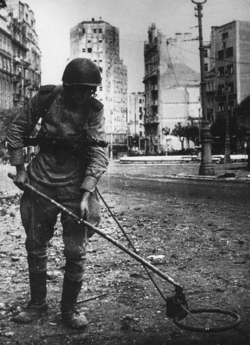 Советский сапер на площади Теразия. Белград, октябрь 1944 г.