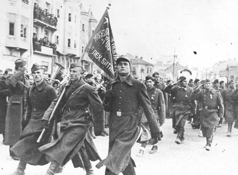 Партизаны бригады имени Гоце Делчева в освобожденном Скопье. Ноябрь 1944 г.