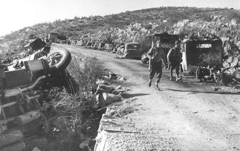 Разбитая немецкая колонна у Подгорицы. Декабрь 1944 г.