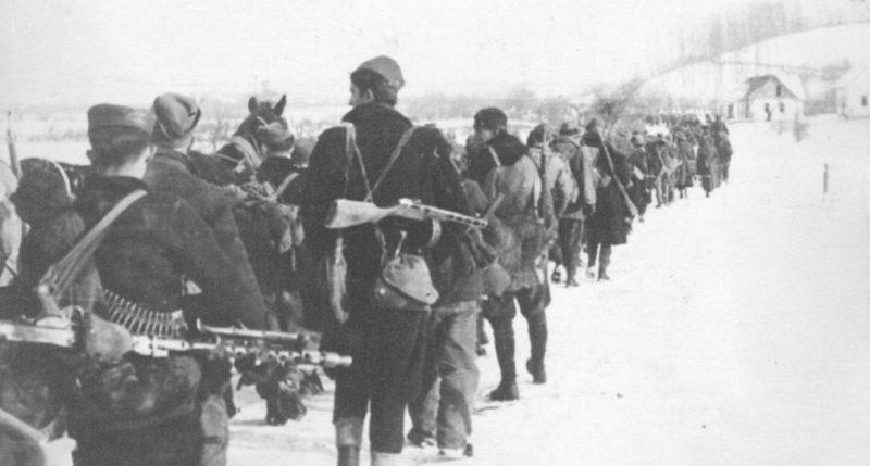 Партизаны 23-й сербской дивизии на марше под Брчко в Боснии и Герцеговине. Апрель 1945 г.