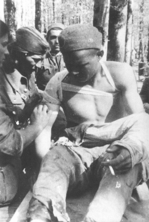 Перевязка раненого партизана. 1945 г.