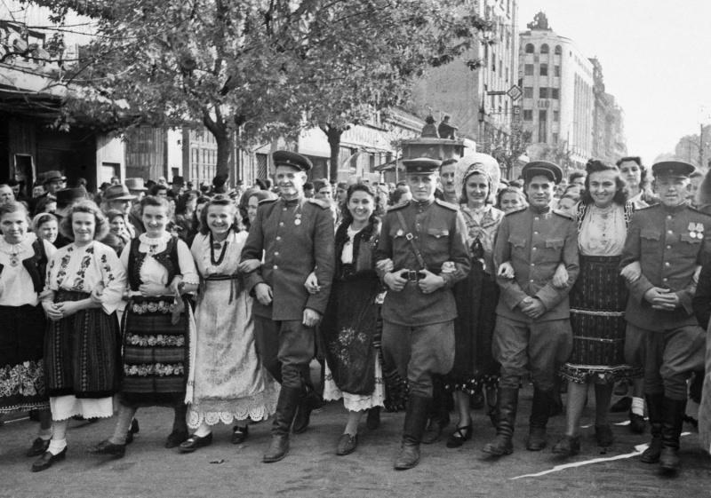 Советские офицеры с жителями Македонии на улице освобожденного Белграда. 1945 г.