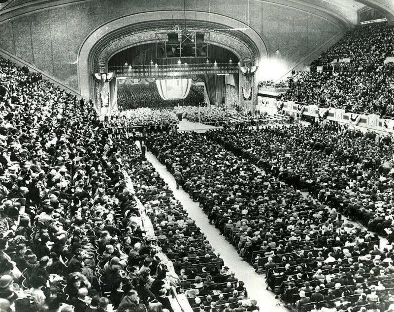 Рузвельт выступает с заключительной речью в предвыборной кампании в Кливленде. 3 ноября 1940 г.