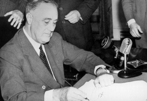 Президент Франклин Рузвельт подписывает Закон «О выборочной подготовке и службе».