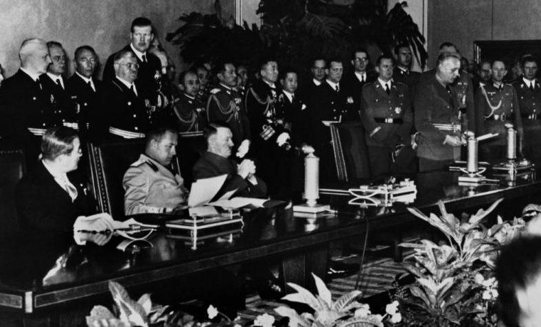 Подписание трехстороннего пакта: Иоахим фон Риббентроп, Галеаццо Чиано и Сабуро Курусу.