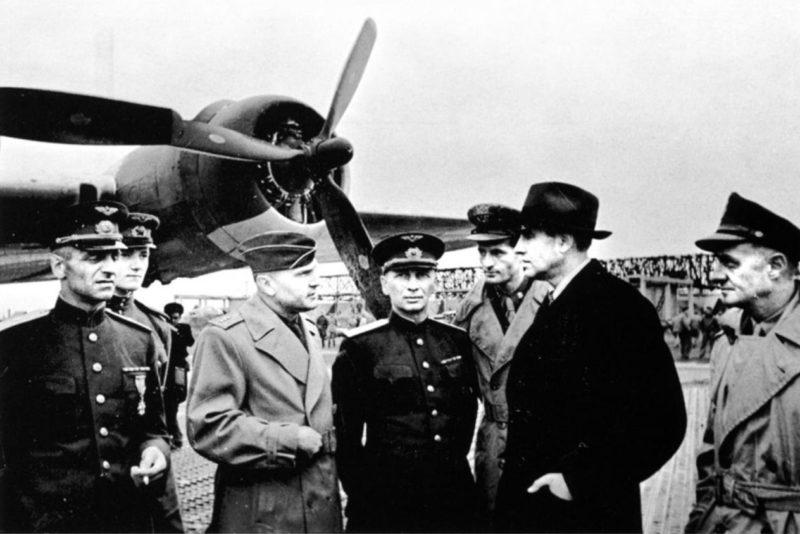 Посол США в СССР А. Гарриман и представители американского и советского командования на авиабазе под Полтавой. 4 апреля 1944 г.