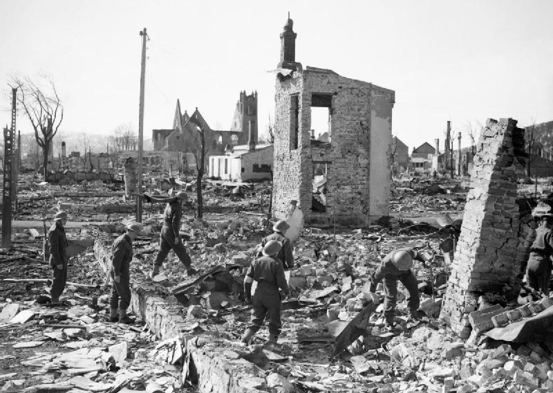 Британские солдаты в разрушенном немецкой авиацией Намсусе.