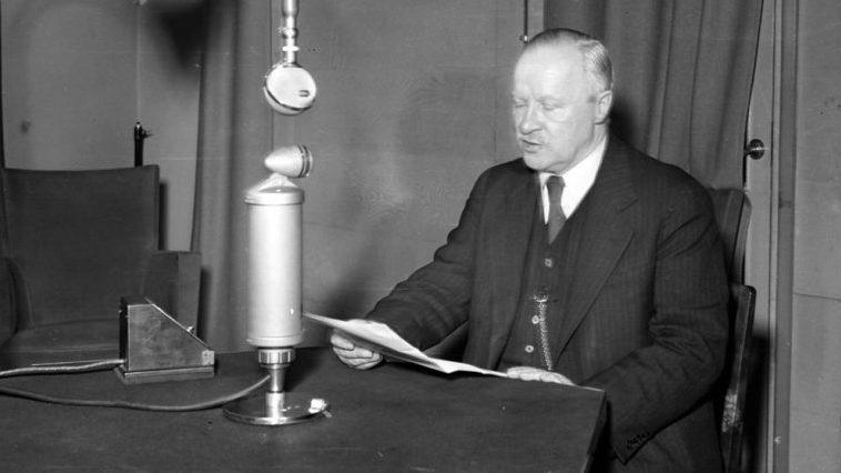 Министр иностранных дел Финляндии Вайне Таннер выступает по радио с сообщением об окончании советско-финской войны. 13 марта 1940 г.