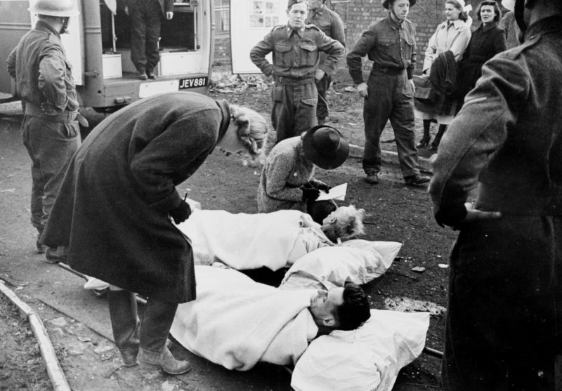 Идентификация спасателями раненных. 15 ноября 1940 г.