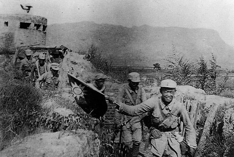 Подразделение 8-й армии с флагом НРА.
