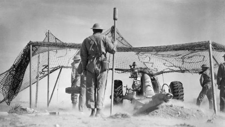 Британская артиллерия ведёт огонь по Бардии.