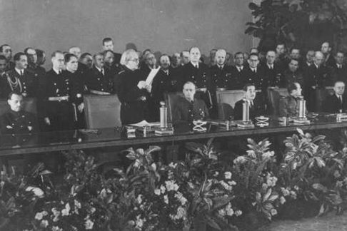 Премьер-министр Войтех Тука во время подписания протокола о вступлении Словакии в Тройственный союз.